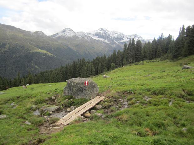 Zur Almind Alm gelangt man über einen sanierten Weg, der Blicke in das angezuckerte Fotschertal erlaubt.