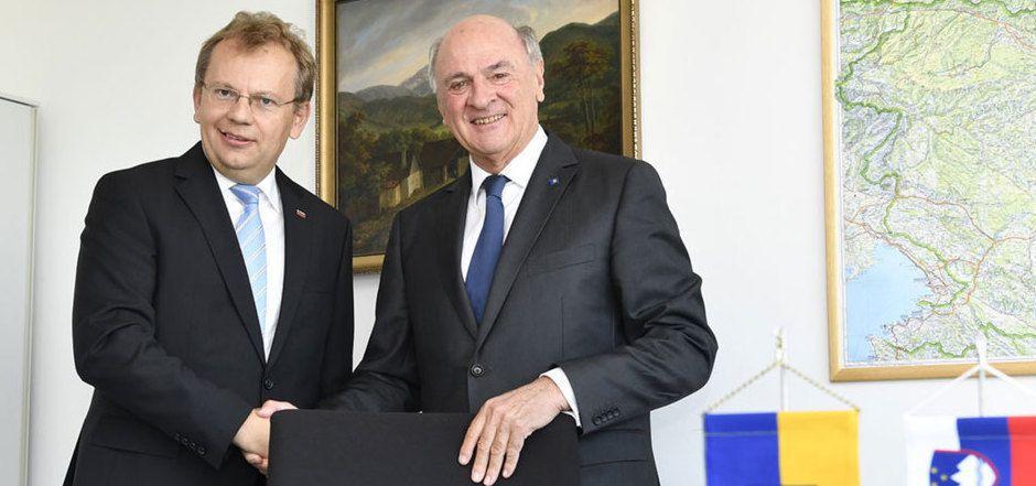 Botschafter Andrej Rahten (l) und Erwin Pröll anlässlich der Ernennung Prölls zum Honorarkonsul der Republik Slowenien.