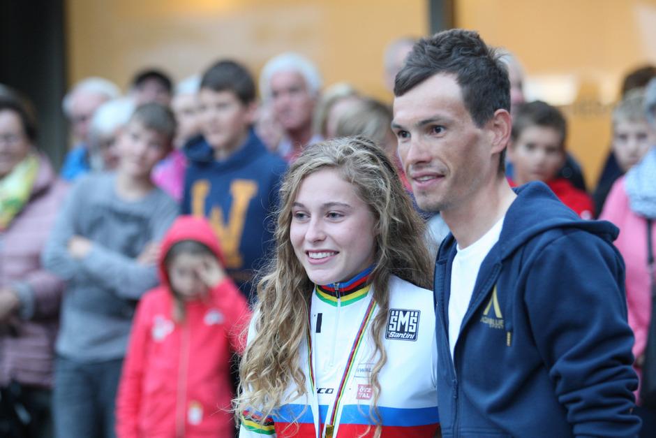 Beim Empfang von Mountainbike-Weltmeisterin Laura Stigger (l.) in Haiming schaute auch Vuelta-Etappensieger Stefan Denifl vorbei.