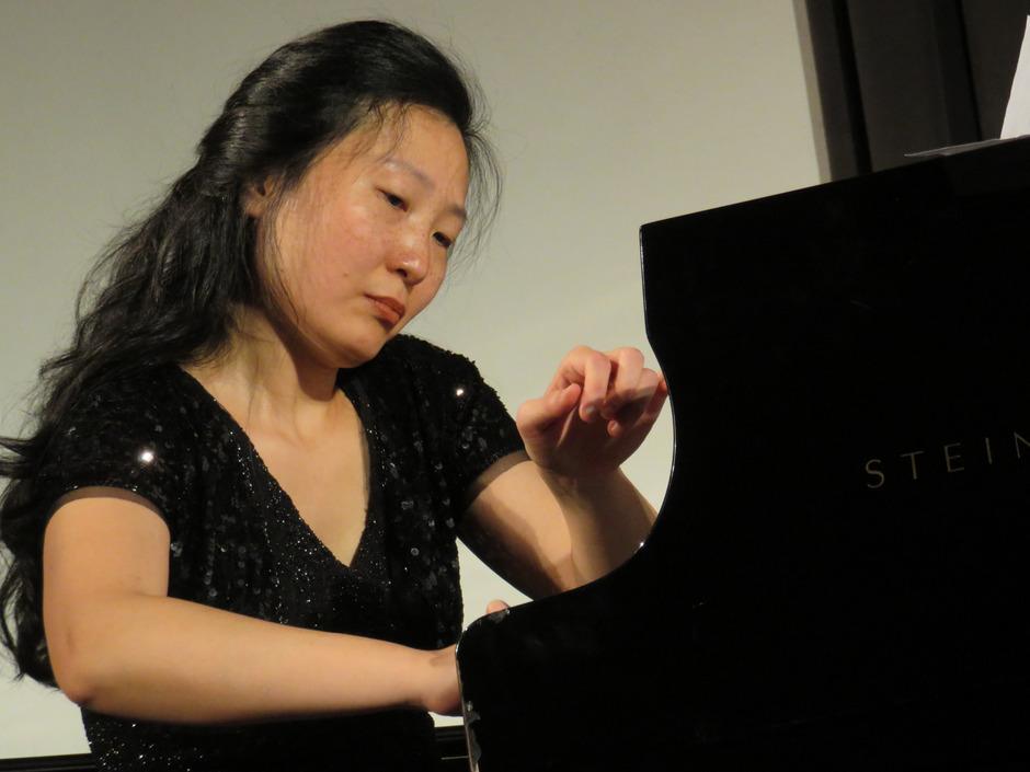 Was tut sich am und um das Klavier? Hsin-Huei Huang und Richard Uttley (Bild unten) gaben im Rahmen der Klangspuren Antworten.