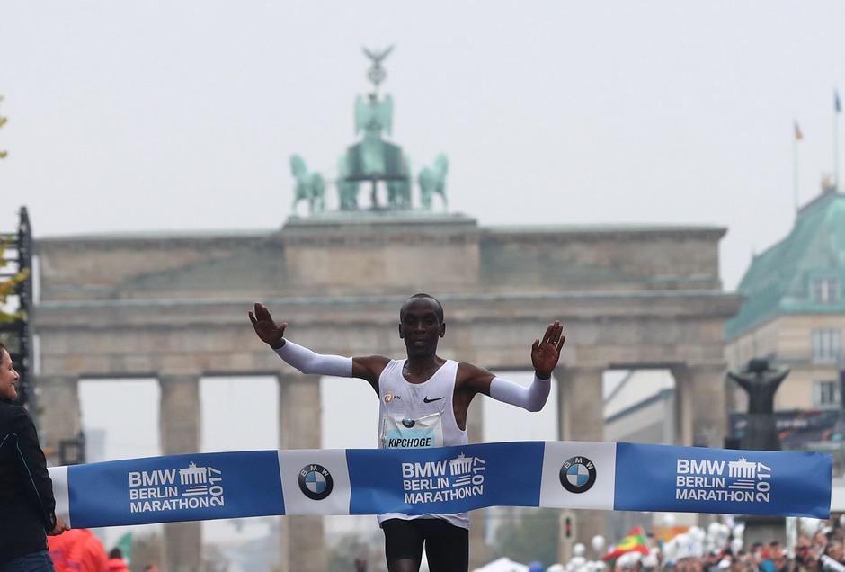 Der Kenianer Kipchoge jubelt über den Marathon-Sieg in Berlin.