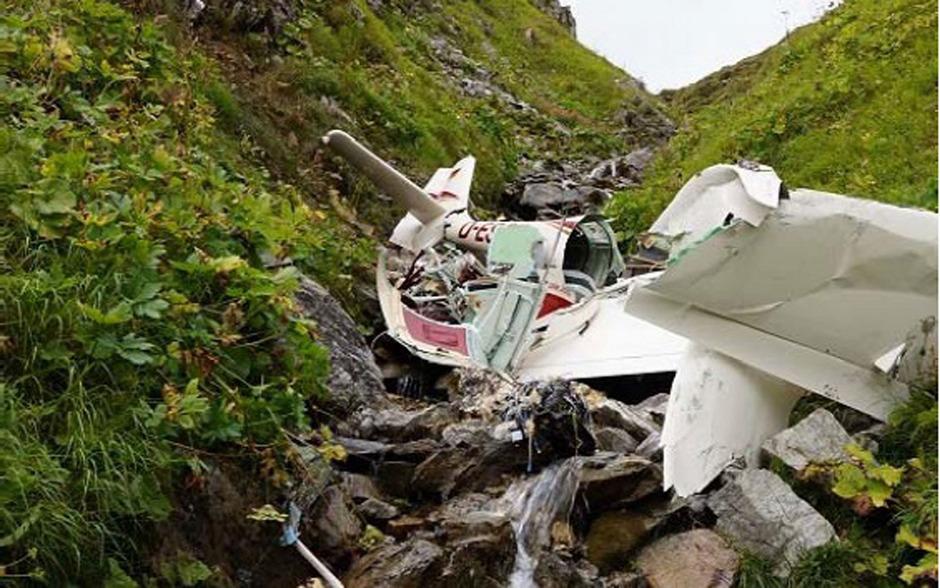Nach der Kollision mit dem Tragseil der Vallugabahn zerschellte das Sportflugzeug am Boden. Der Pilot war sofort tot.