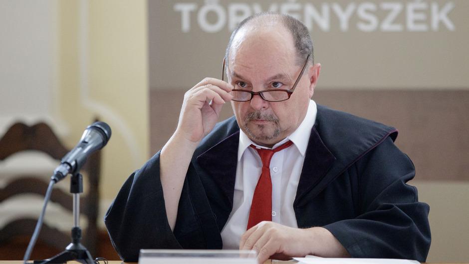 Richter Janos Jadi im Rahmen eines Prozesses gegen die Schlepperbande, die für den Erstickungstod von 71 Flüchtlingen verantwortlich sein sollen.