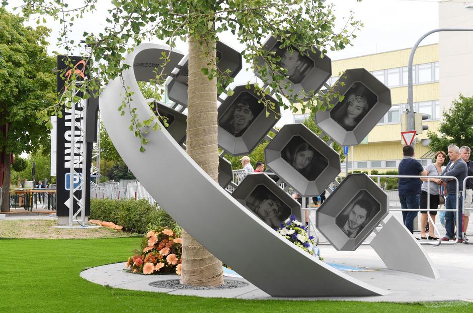 Das Kunstwerk am Erinnerungsort für den Münchner Amoklauf wurde am ersten Jahrestag eingeweiht.