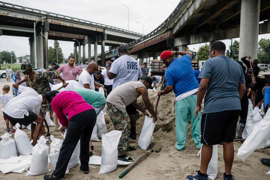 In New Orleans füllten die Menschen vorsorglich Sandsäcke.