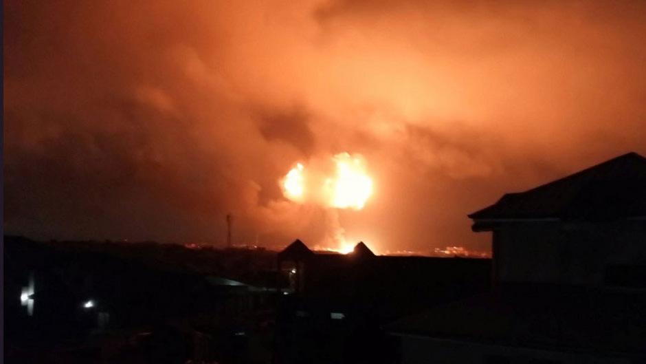 Fotos in den sozialen Netzwerken zeigten, wie ein großer Feuerball in den nächtlichen Himmel stieg.