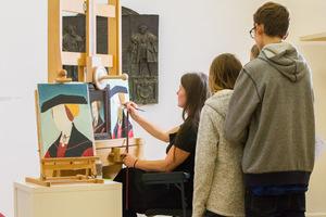 Im Landesmuseum Ferdinandeum werfen Jugendliche einen Blick über die Schulter der Restauratorin, die eine Kopie anfertigt.