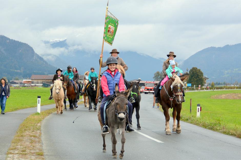 Prachtvolle Pferde und vor Freude strahlende Reiter trabten beim 7. Leonhardiritt mit anschließendem Herbstfest durch Oberndorf in Tirol.
