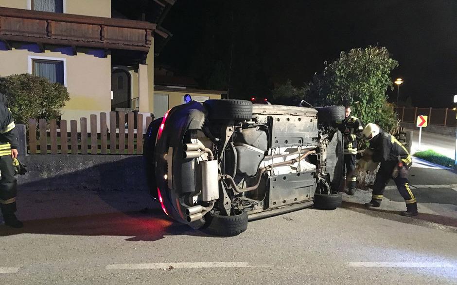 Das Auto überschlug sich und blieb auf der Seite liegen, der Lenker flüchtete.