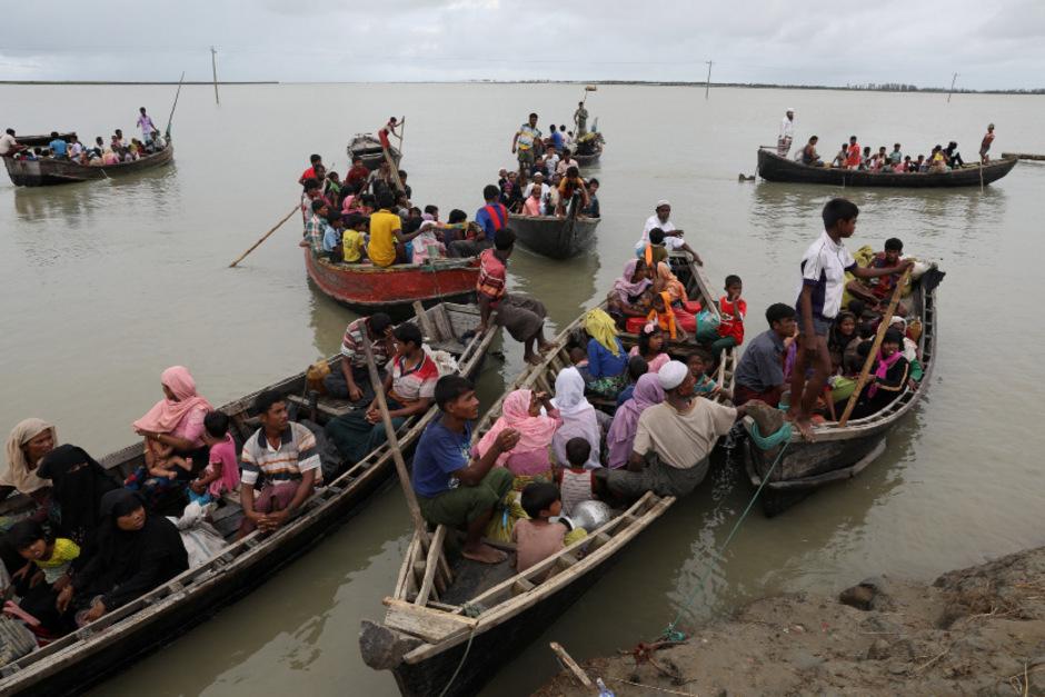 Rohingya-Flüchtlinge auf ihrer Flucht über das Wasser.