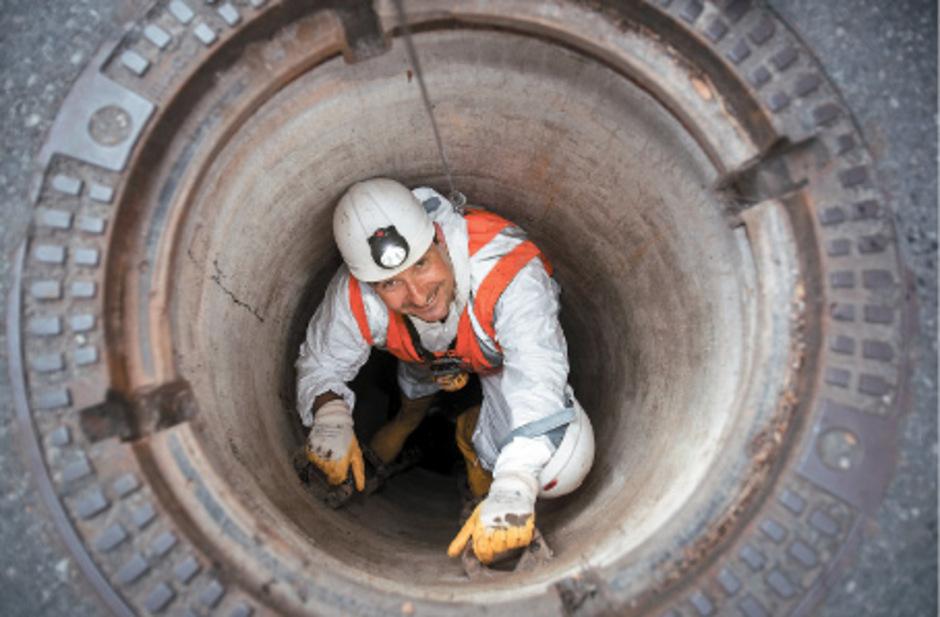Schmal und tief: Unter dem Kanaldeckel geht es fünfeinhalb Meter hinunter.