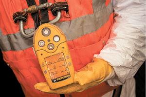 Kontrolle ist eine Überlebensfrage: Die Kanalarbeiter müssen das Gasmessgerät immer im Auge behalten.