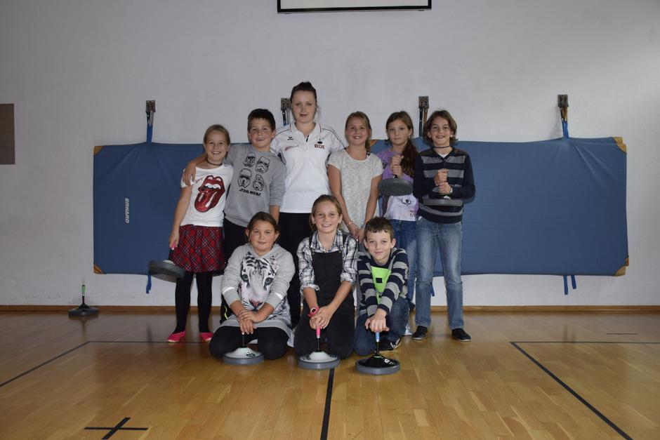 Die Schüler durften gestern einen ganzen Vormittag lang mit Stocksport-Weltmeisterin Simone Steiner in der Turnhalle der Volksschule Brandenberg trainieren.