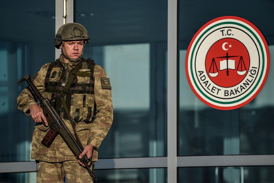 Ein Soldat vor einem türkischen Gericht. (Symbolfoto)