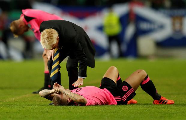 Schottlands Teamchef Gordon Strachan musste seine Spieler nach dem WM-K.o. trösten.