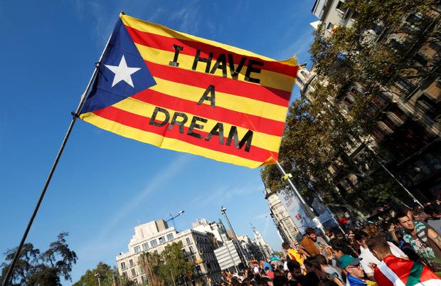 Demonstranten werben für die Unabhängigkeit Kataloniens.