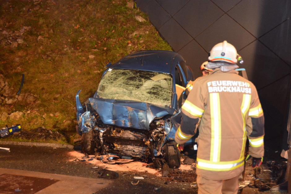 Das Auto prallte frontal gegen das Tunnelportal.