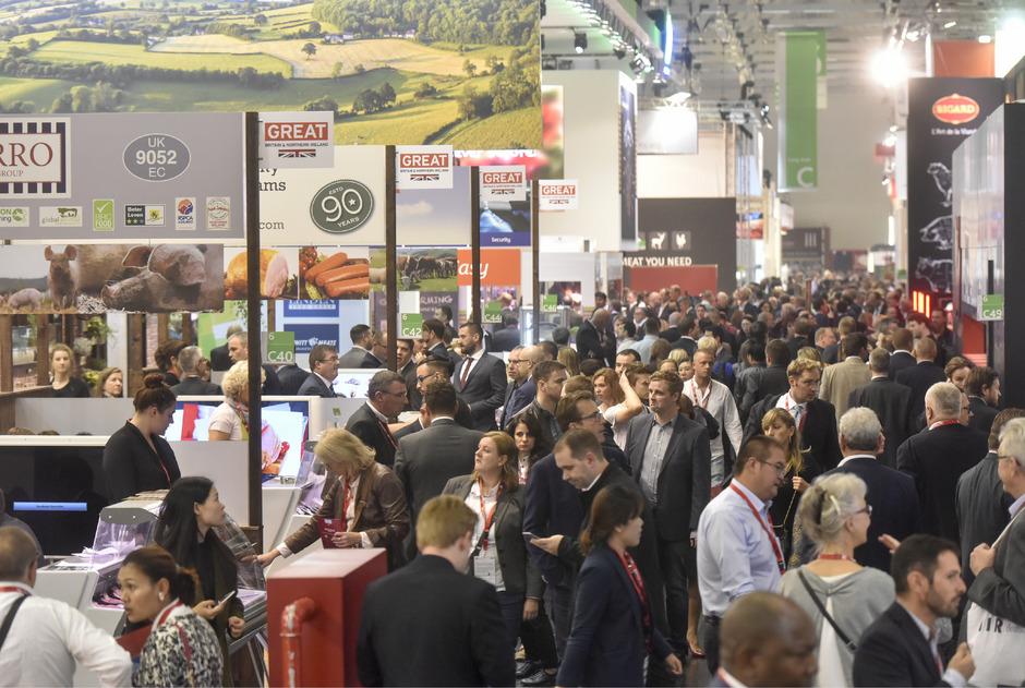Rund 7400 Aussteller und geschätzte 160.000 Besucher sind bei der Lebensmittelmesse Anuga in der Messe Köln. Zu sehen gibt es fast alles am Lebensmittelmarkt.