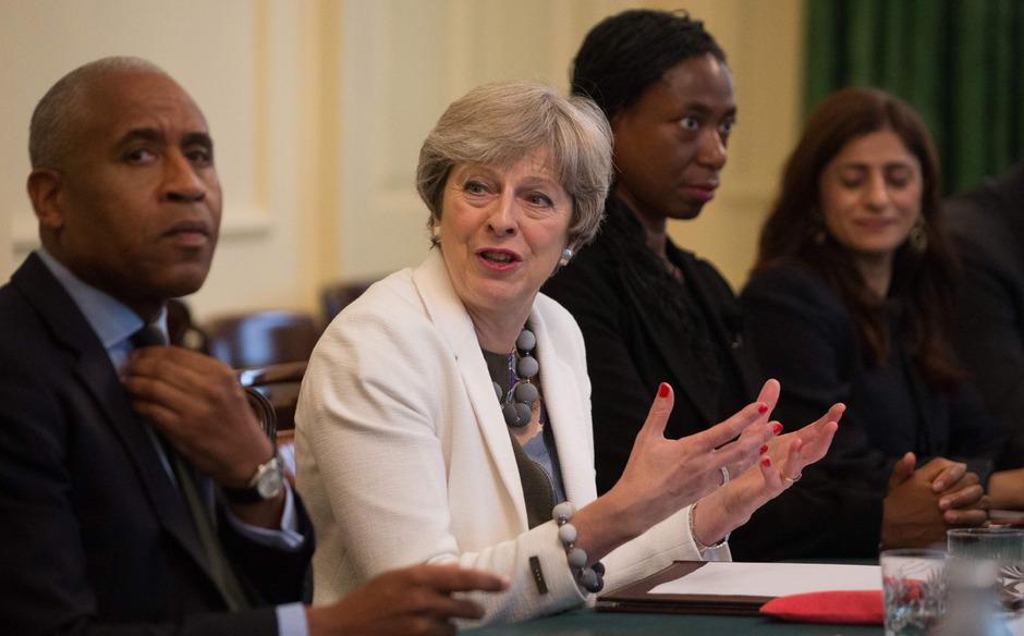 Großbritanniens Premierministerin (2.v.l.) bei einer Diskussion mit ihren Ministern in der Downing Street.