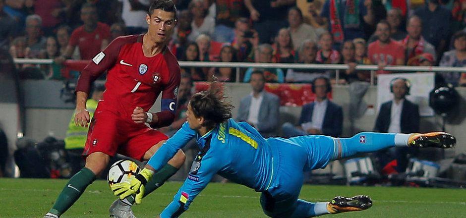Yann Sommer hält Cristiano Ronaldos Schuss.