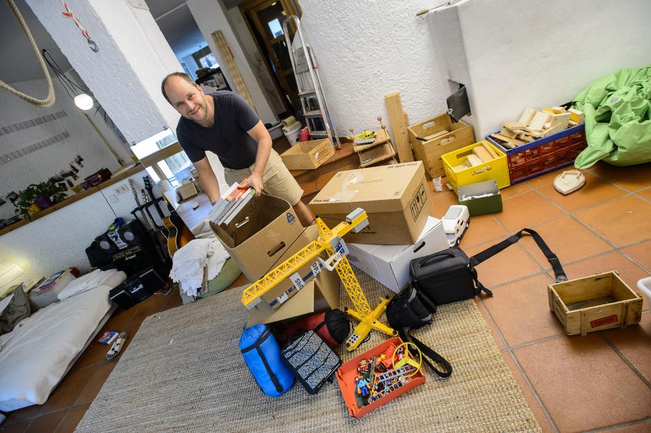 """Dominic Croce packt alles, was er und seine Familie für ihr """"neues Leben"""" brauchen."""