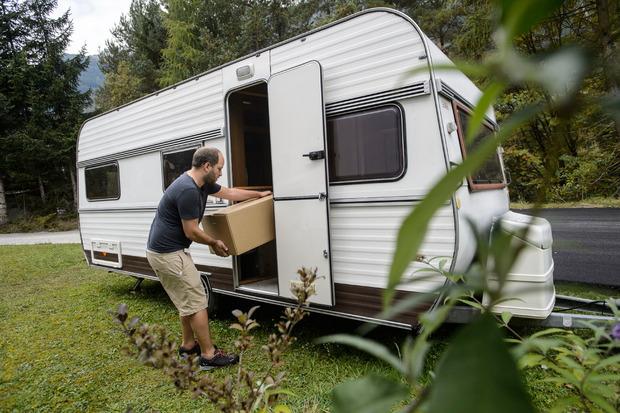 Auf einem Grund in Portugal lebt er in einem Wohnwagen, bis das Haus renoviert ist.