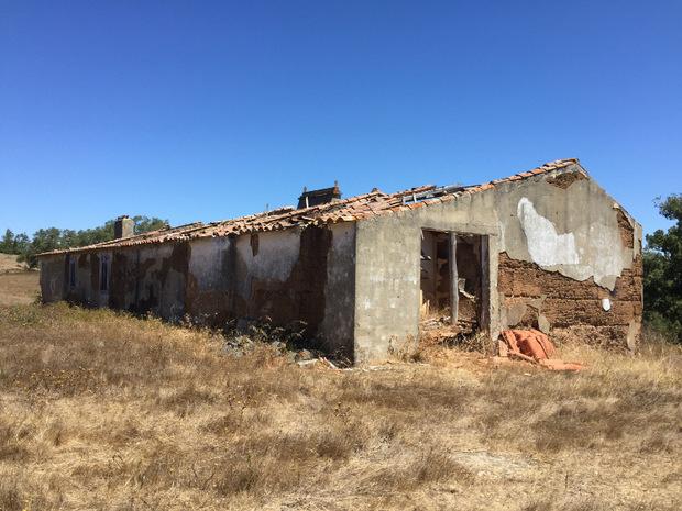 """""""Wir sind erst dabei, Bungalows für die Gäste und zwei kleine Häuser für uns zu bauen. Außerdem wird das Haupthaus saniert, das vorerst nur eine Ruine aus Stampflehm ist"""", sagt Croce."""
