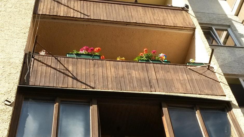 Nach dem Sturz vom Balkon im vierten Stock nach halber Fallstrecke auf einer Stange, die aus dem Balkon im zweiten Stock ragt