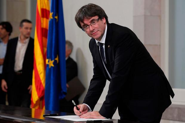 Die Zentralregierung fordert von Carles Puigdemont klare Antworten hinsichtlich der Unabhängigkeits-Erklärung.