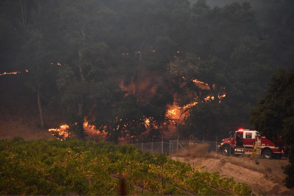 Die Feuerwehr kämpft immer noch gegen mehrere Brandherde