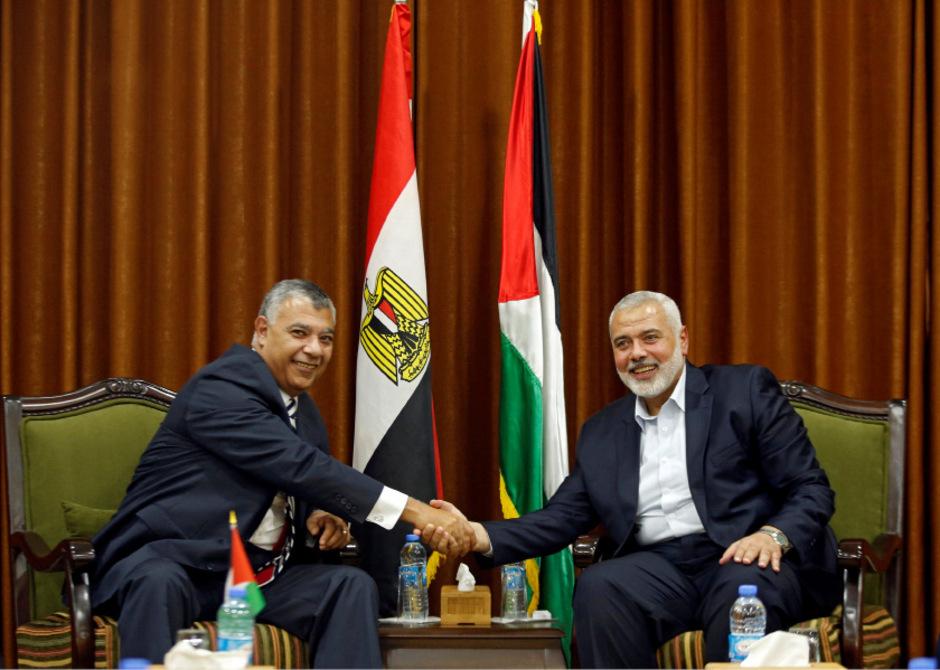 Hamas-Chefverhandler Ismail Haniyeh trifft den ägyptischen Vermittler Khaled Fawzi.