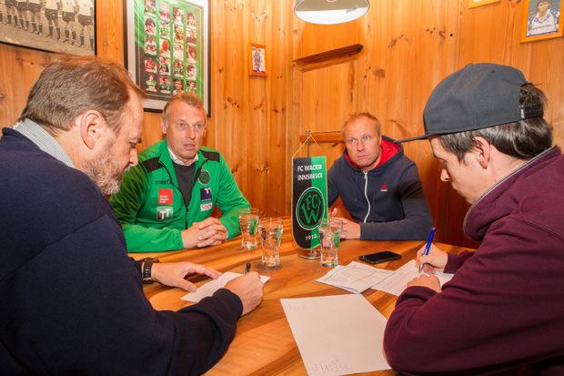 Im Wacker-Legenden-Klub standen Karl Daxbacher und Thomas Silberberger den TT-Redakteuren Tobias Waidhofer (r.) und Wolfgang Müller Rede und Antwort.