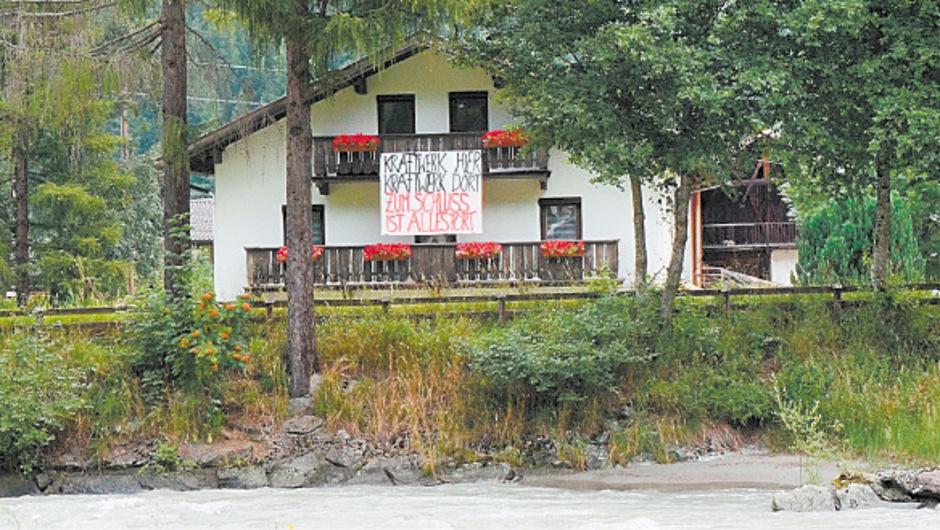 Der Widerstand gegen das geplante Kraftwerk Tumpen ist vor Ort deutlich an Häusern zu sehen.<span class=&quot;TT11_Fotohinweis&quot;>Foto: Ploder</span>