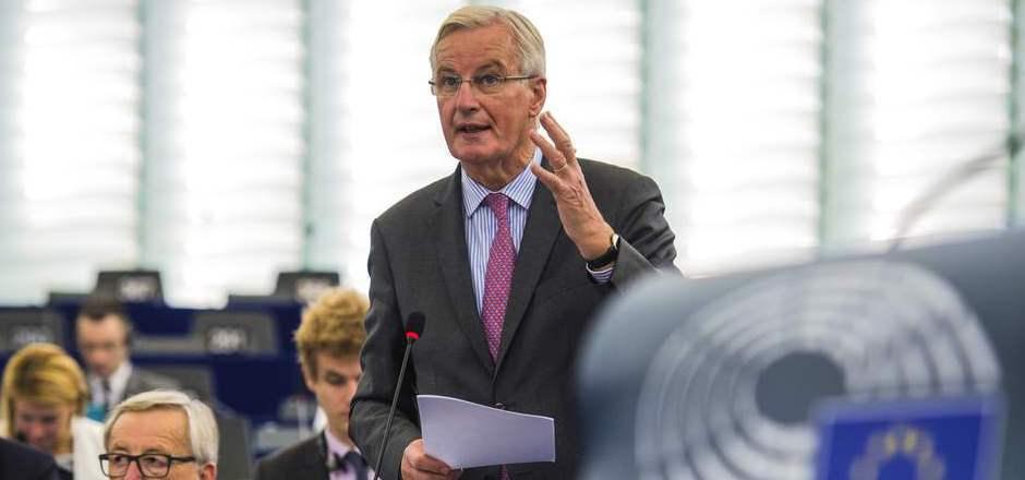 Michel Barnier bei einer Erklärung im EU-Parlament neben Kommissionspräsident Jean-Claude Juncker.