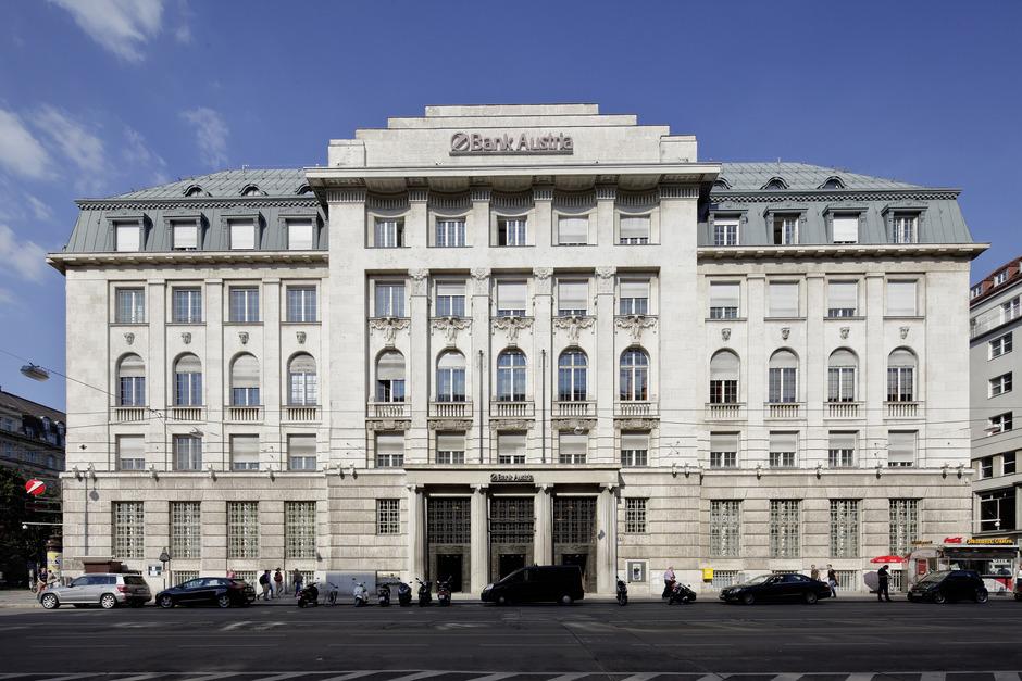 Markus Schafferer (l.) und Herbert Koch fixieren den Deal. Projekte sind u. a. das Bank-Austria-Haus in Wien und der Pema-2-Turm in Innsbruck (u.). <span class=&quot;TT11_Fotohinweis&quot;>Fotos: Pema </span>