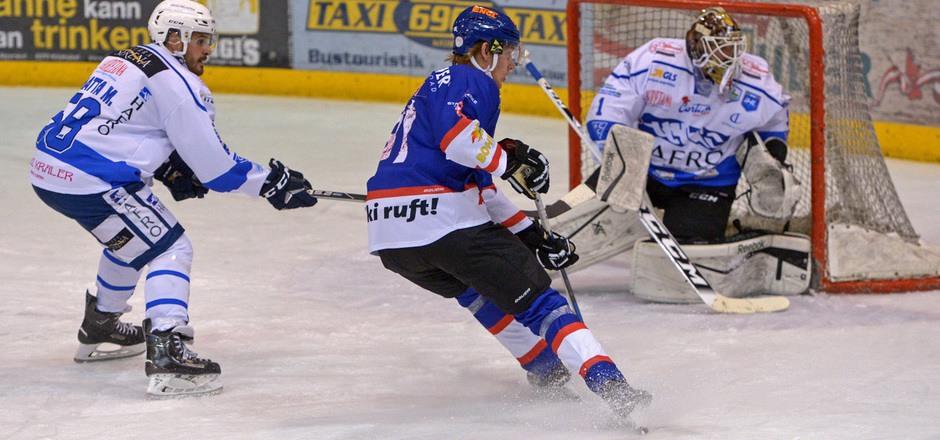 Die Kitzbüheler Adler mit Henrik Eriksson (l.) kassierten beim 1:2 in der Overtime gegen Cortina die erste Heim-Niederlage der Saison.