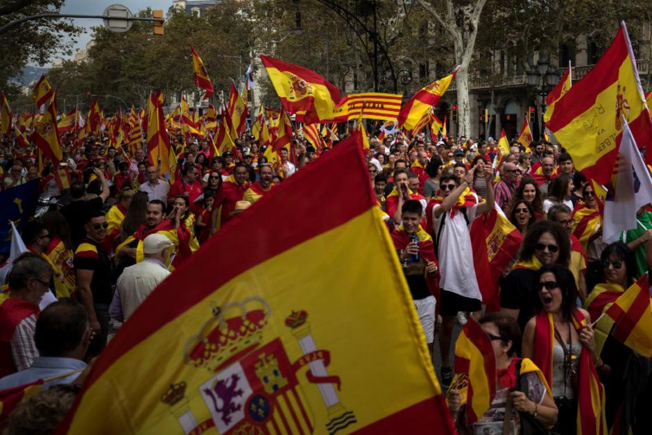 In Barcelona gingen indes erneut Menschen für Spaniens Einheit auf die Straße.