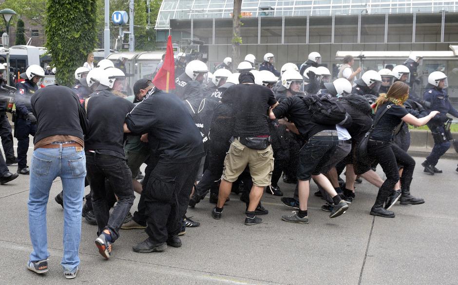 Polizeieinsatz bei einer Demonstration der Identitären Bewegung Österreichs im Juni 2016.