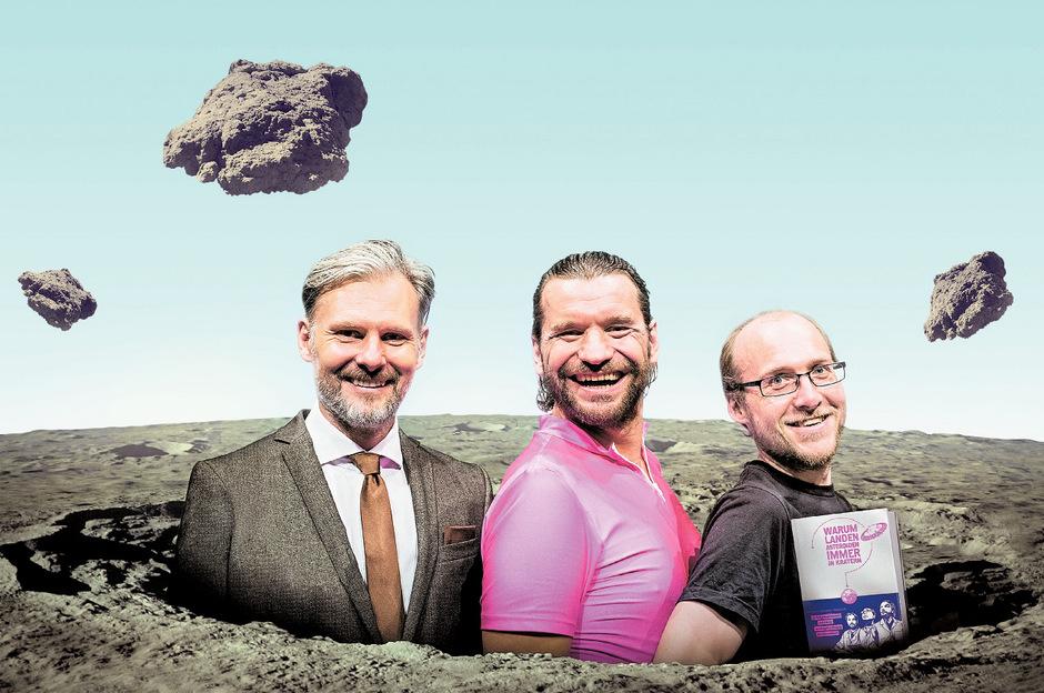 """Helmut Jungwirth, Martin Puntigam, Florian Freistetter (v.l.) präsentieren ihr Buch """"Warum landen Asteroiden immer in Kratern?"""", 288 Seiten, Hanser Verlag; 22,70 Euro."""