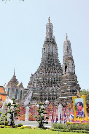 Vor dem Wat Arun Tempel in Bangkok wird König Bhumipol gedacht.