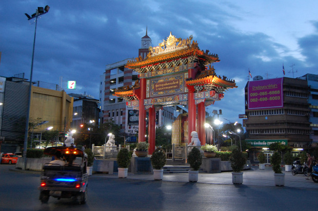 "Das China-Gate markiert den Anfang von Bangkoks China-Town, das die ""Yaowarat Road"" säumt."