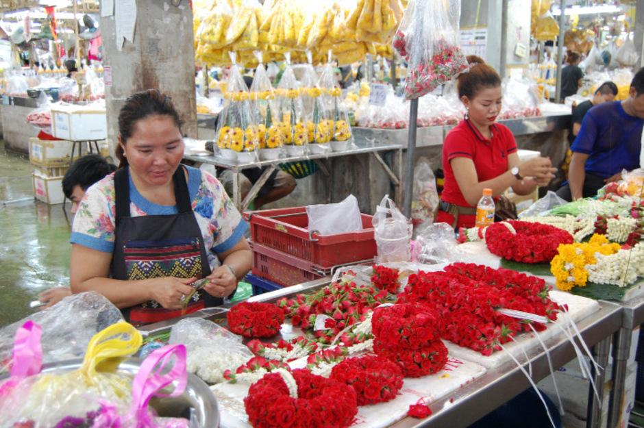 In den Hallen des Blumenmarkts werden Kränze gebunden.