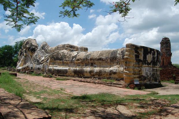 Dieser gigantische Buddha liegt in der Wat Yai Chai Mongkol Tempelanlage.