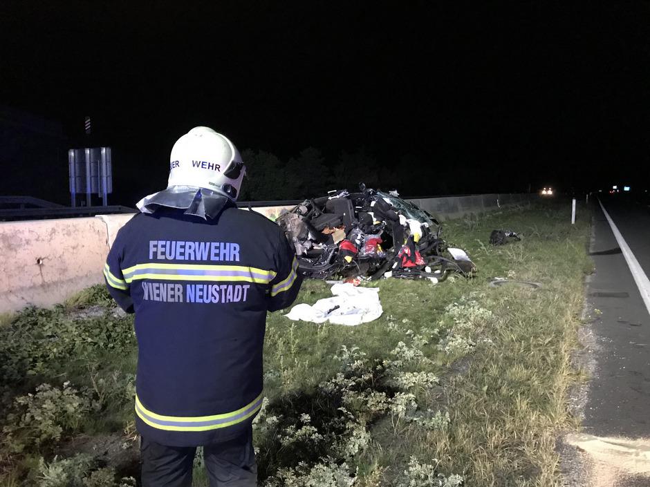 Einsatzkräfte der Feuerwehr am Unfallort.