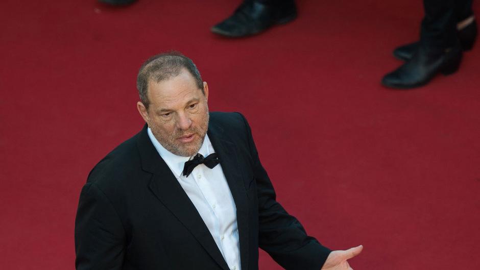 Neben den verheerenden privaten Folgen seiner vermeintlichen sexuellen Ausfälle - seine Frau hat ihn bereits verlassen - drohen Harvey Weinstein auch juristische Konsequenzen.