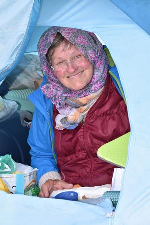 Ein Oktobervormittag, 10 Uhr: Die 68-Jährige ist noch dick eingepackt. Die Kälte steckt ihr beim Frühstück, das ebenfalls nur Außentemperatur hat, noch in den Gliedern.