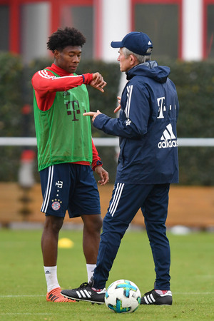 Jupp Heynckes im Gespräch mit David Alaba.