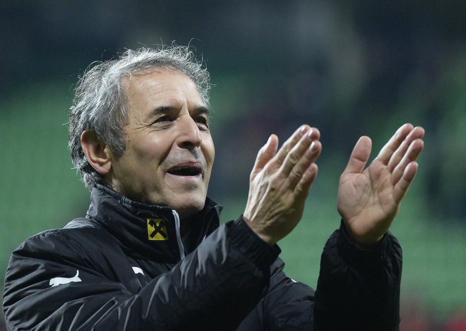 Marcel Koller ließ sich nach seinem letzten Spiel in Chisinau von den österreichischen Fans feiern.