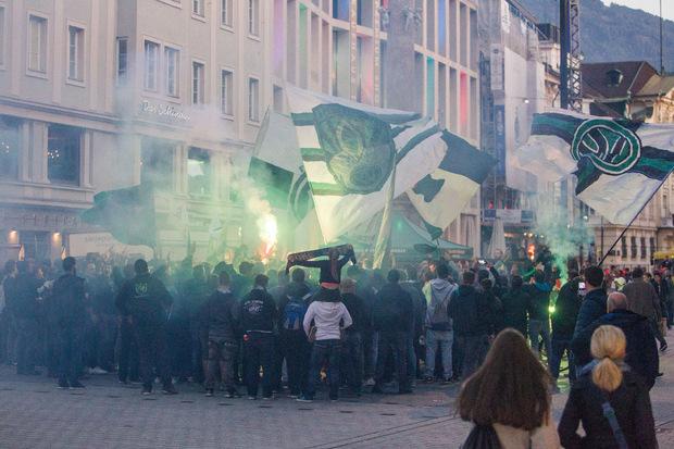 Rund 250 Wacker-Anhänger sorgten vor Spielbeginn beim Fanmarsch in der Innsbruck Innenstadt für Stimmung.