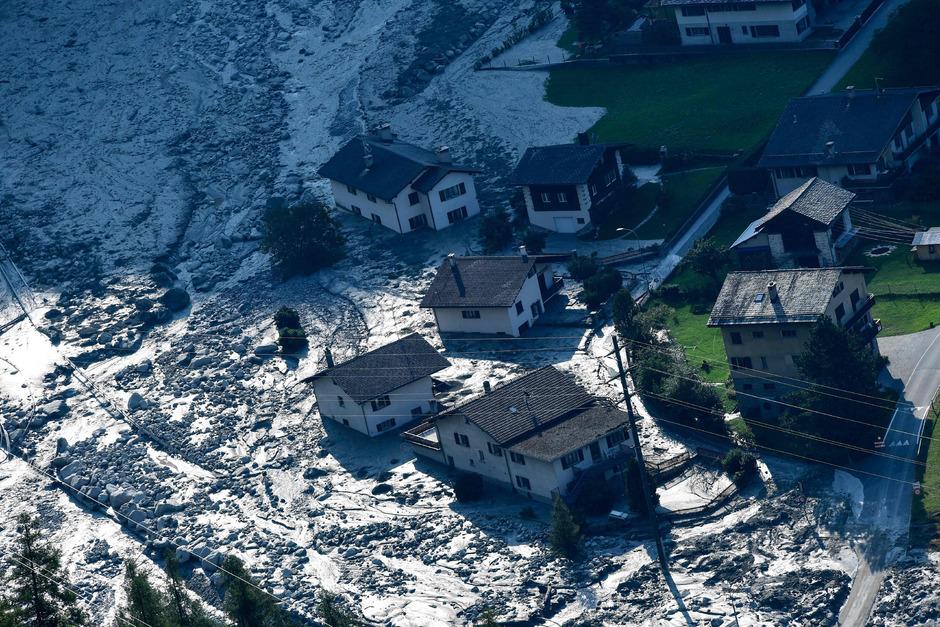 Acht Wanderer kamen durch einen gewaltigen Felssturz und die anschließende Geröll- und Schlammlawine im Schweizer Kanton Graubünden ums Leben.